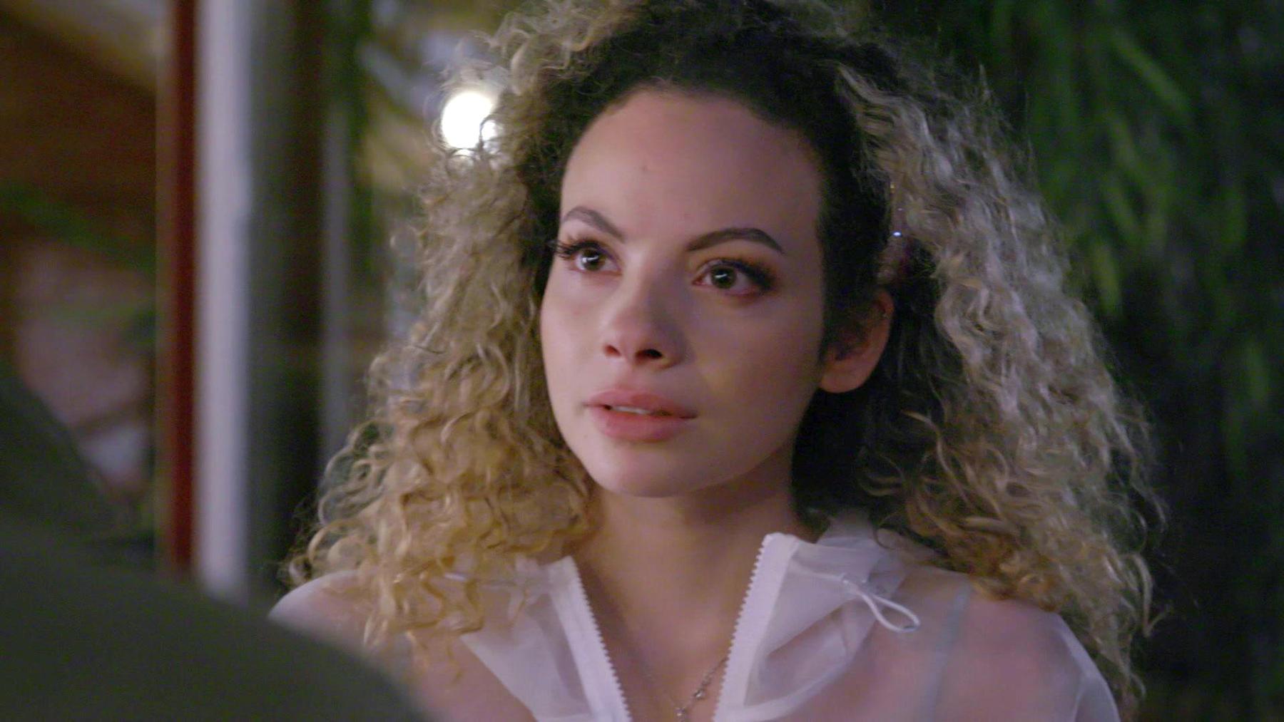 Nika feiert das Ende ihrer Bewährung und küsst Paco | Folge 6704