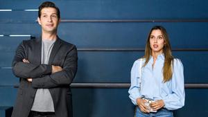 Simone bietet Moritz und Chiara einen Vertrag an