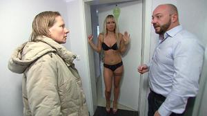 Sexy Mieterin bringt Familie in Schwierigkeiten