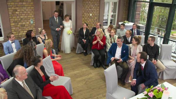 Bräutigam erhält mysteriösen Anruf und flieht bei Trauung