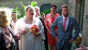 Brautpaar steht vor verschlossenen Türen