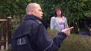 Wahnsinnig neugierige Nachbarin nervt Familie