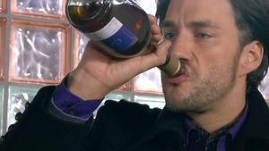 Malte greift zum Alkohol