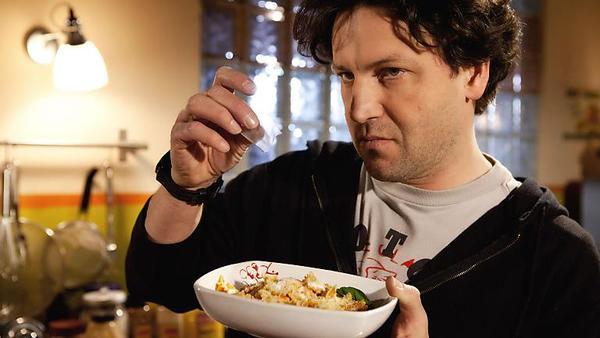 Rolf mischt Britta Koks ins Essen