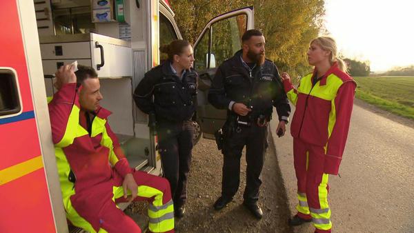 Sanitäter werden in den RTW gesperrt