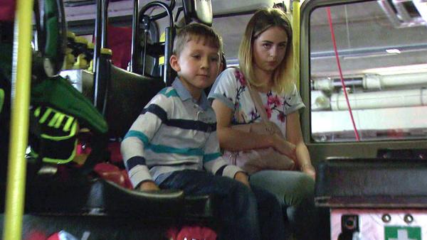 16-Jährige versteckt sich mit kleinem Bruder in Feuerwehrauto