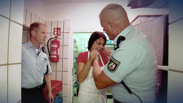 Dönerimbiss-Mitarbeiterin wird in Kühlraum gesperrt